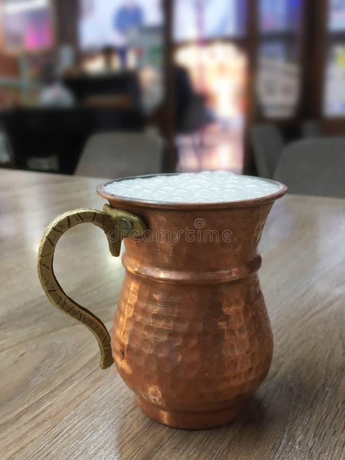 Turkse Ayran, drinkt karnemelk op de restaurantlijst royalty-vrije stock fotografie