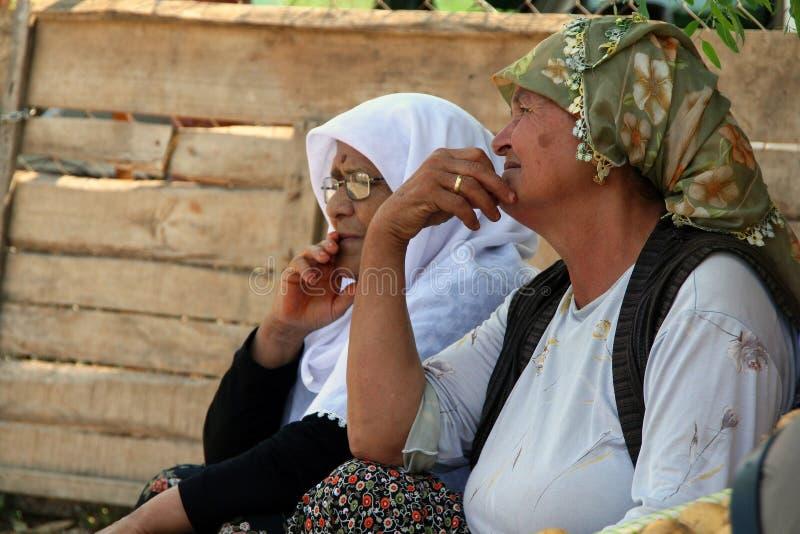Turkse bejaarden die groenten verkopen bij de stadsmarkt royalty-vrije stock foto