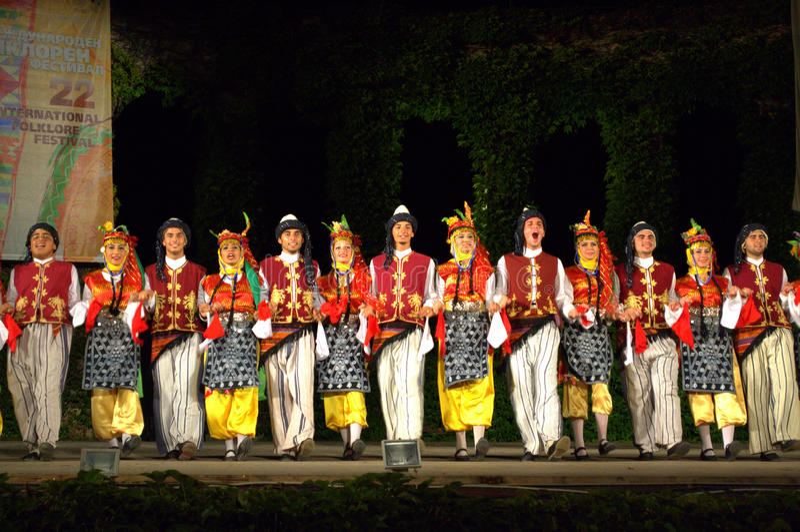 Turkse dansers in volkskostuums op stadium royalty-vrije stock foto's