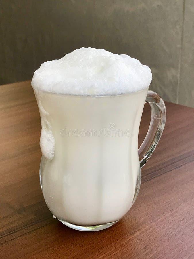 Turkse die Drank Ayran of Kefir/Karnemelk met yoghurt wordt gemaakt stock afbeeldingen