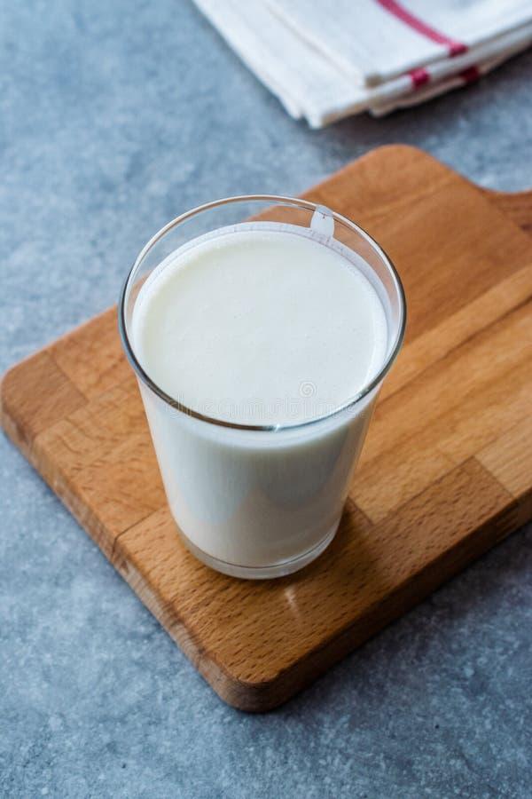 Turkse die Drank Ayran of Kefir/Karnemelk met yoghurt wordt gemaakt stock foto