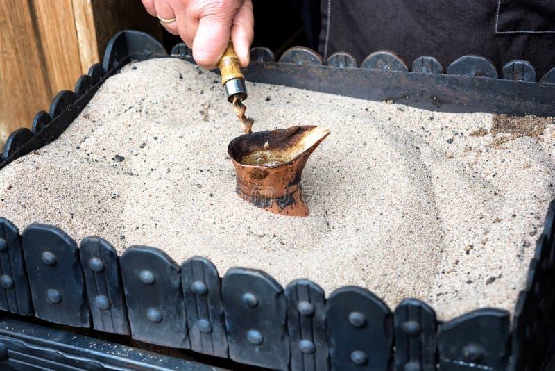 Turkse die koffie op heet zand voor een unieke smaak wordt voorbereid en arom stock afbeelding