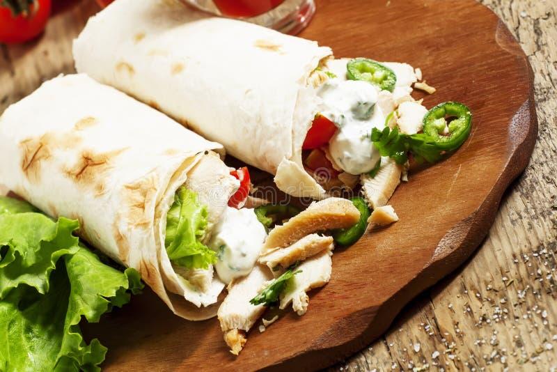 Turkse donerkebab, shawarma, broodje met vlees en pitabroodje  stock foto