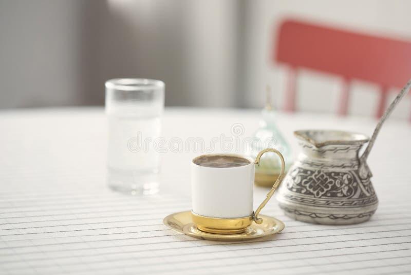 Turkse koffieopstelling op keukenlijst royalty-vrije stock foto's