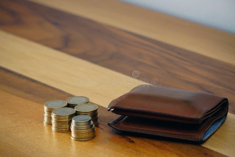 Turkse muntstuklires en beurs bij het houten splijten als achtergrond voor de beschikbare tekst stock foto
