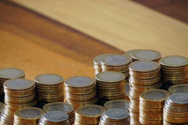 Turkse muntstuklires en beurs bij het houten splijten als achtergrond voor de beschikbare tekst royalty-vrije stock afbeelding