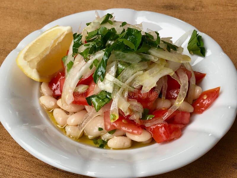 Turkse Nier Bean Piyaz Salad met Uien en Tomaten royalty-vrije stock fotografie