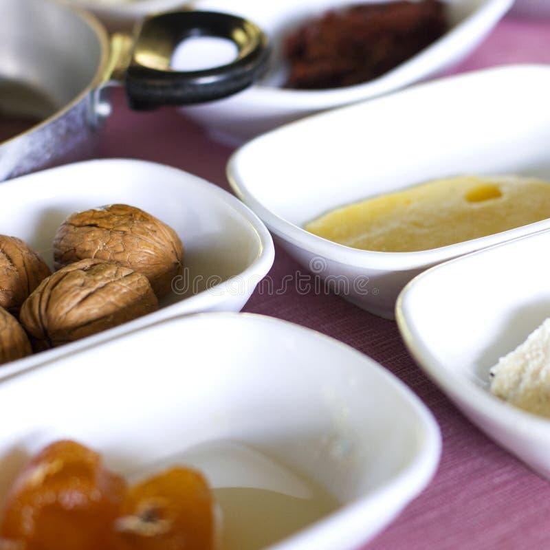 Turkse ontbijt Grote okkernoten, oranje jam, boter stock foto