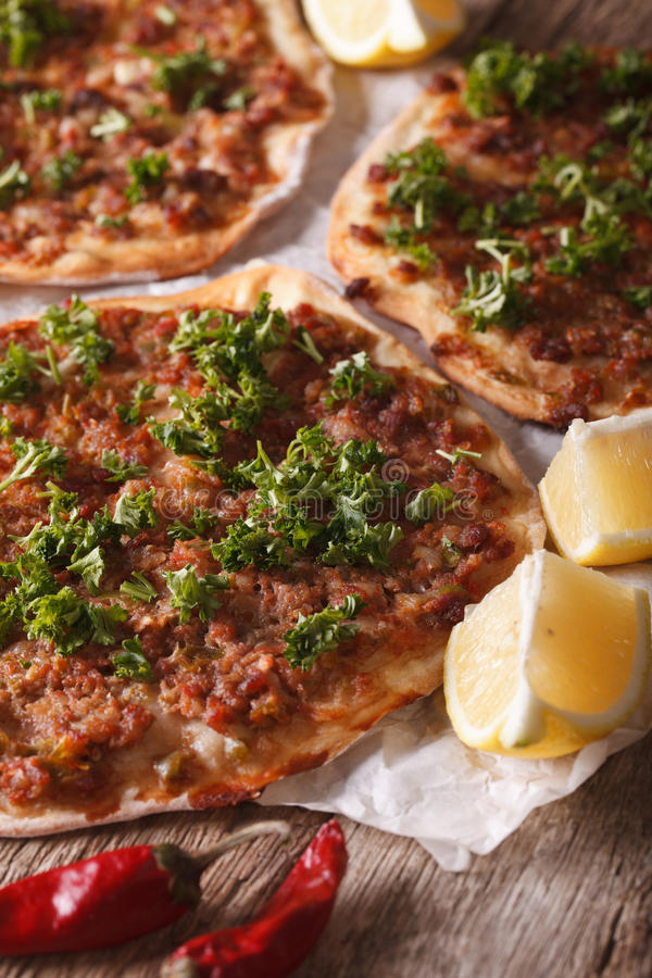 Turkse pizza met vlees - lahmacun macro op de lijst verticaal stock afbeelding