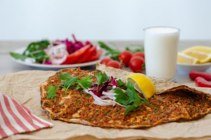 Turkse pizza met vlees - lahmacun op een houten lijst horizontaal royalty-vrije stock foto's