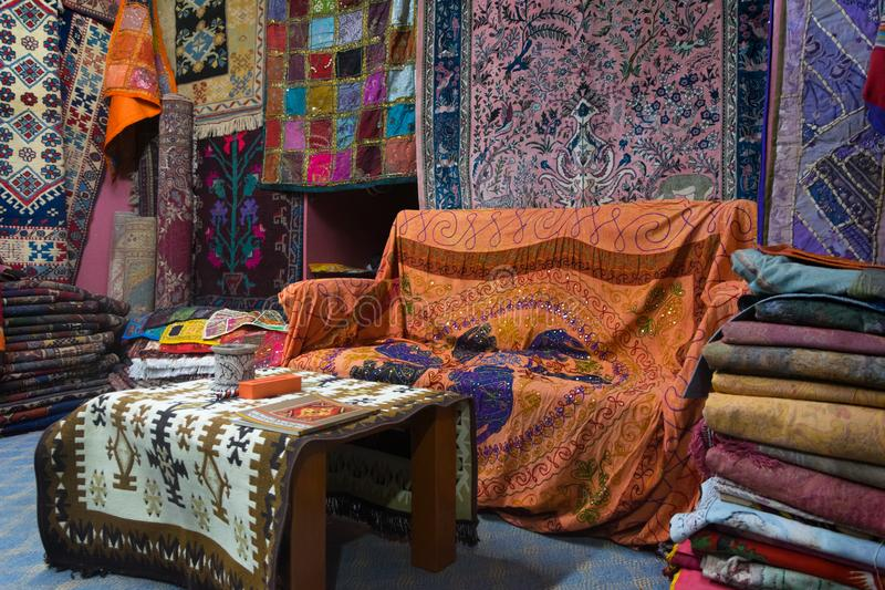 Turkse tapijten in winkel royalty-vrije stock afbeeldingen