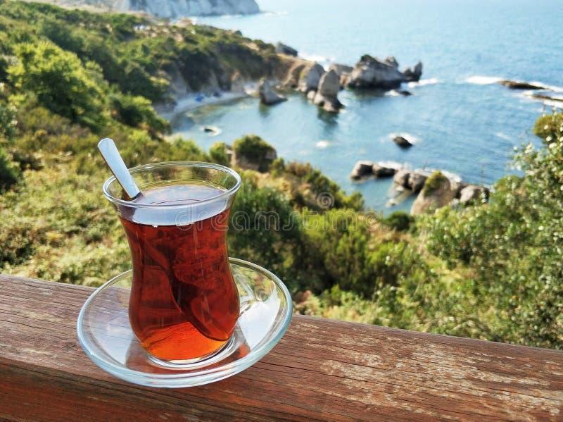 Turkse thee met overzees landschap royalty-vrije stock foto