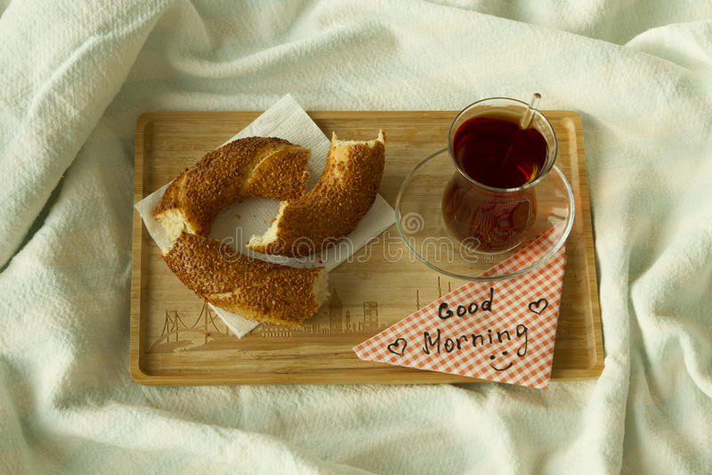 Turkse thee in traditioneel glas met ongezuurd broodje op het dienblad met wor royalty-vrije stock foto
