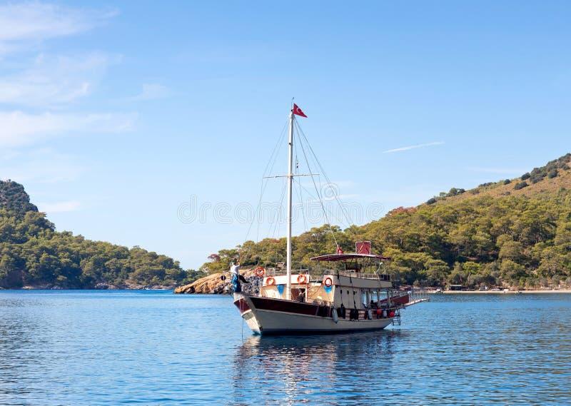 Turkse toeristische boten over kalme overzees in Olu Deniz, Turkije stock foto's