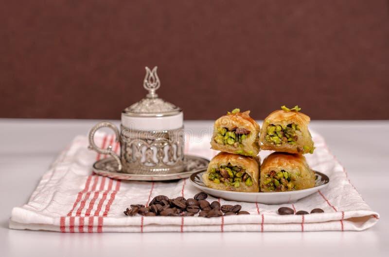 Turkse verrukkingen - baklava met Turkse koffie, koffiebonen op de witte stof en de bruine achtergrond royalty-vrije stock foto's