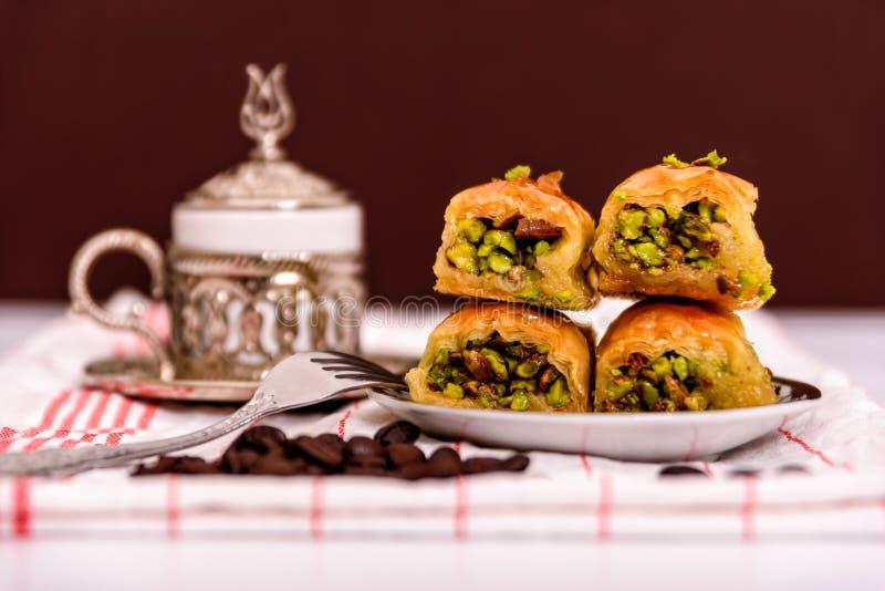 Turkse verrukkingen - baklava traditionele snoepjes met Turkse koffie royalty-vrije stock fotografie
