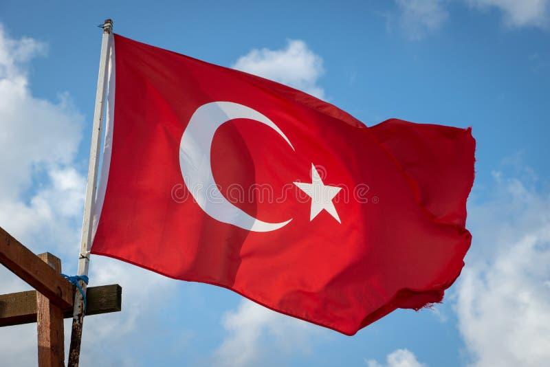 Turkse vlag - de nationale vlag die van de Republiek van Turkije met de wind in de hemel golven royalty-vrije stock afbeelding