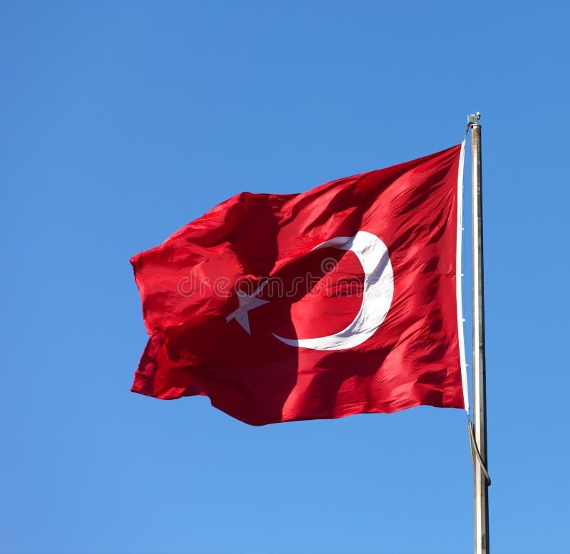 Turkse vlag die in wind bij zonnige dag golven royalty-vrije stock fotografie