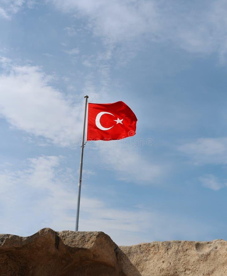 Turkse vlag op blauwe hemel royalty-vrije stock fotografie