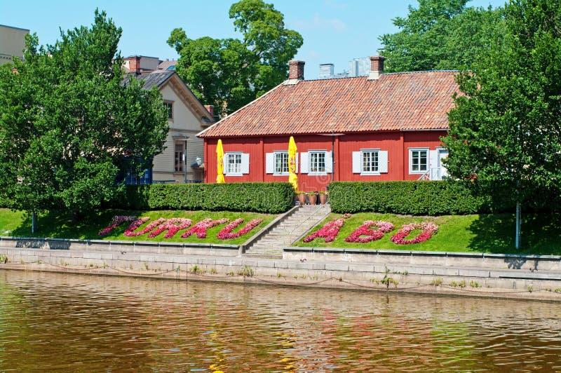 Turku, Finlandia Terraplenagem da aura do rio em um dia de verão imagens de stock royalty free
