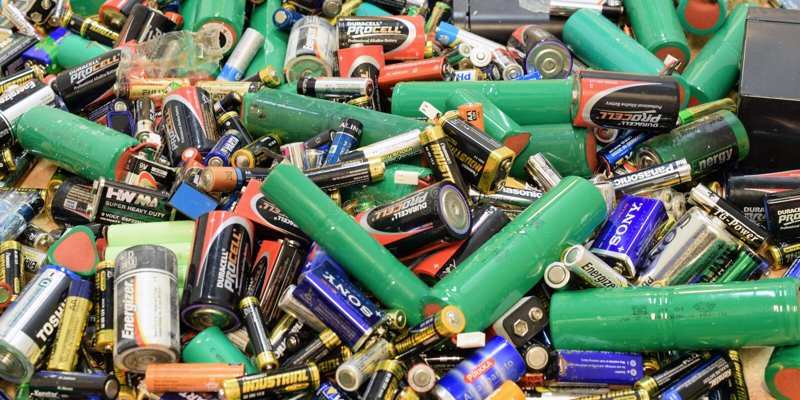 TURKU, FINNLAND - 19. September 2018: Panoramaansicht vieler benutzten Batterien lizenzfreie stockfotos