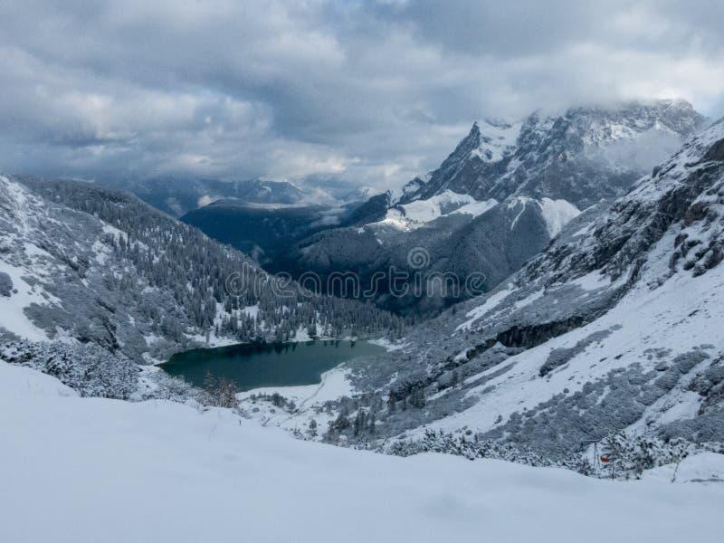Turkus barwiony wysokogórski jezioro w zimie zdjęcie stock