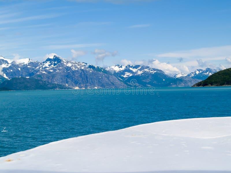 Turkus woda Alaski fjord między surowym białym śnieżnym foregr obrazy stock