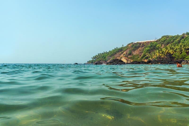 Turkus woda ciepły morze w stanie Goa, India obrazy stock