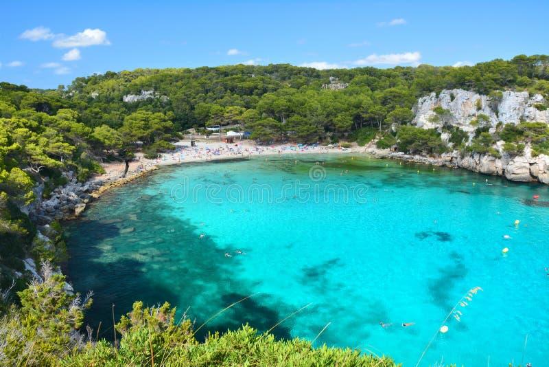 Turkus woda w podpalanym Cala Macarella na Menorca obrazy stock
