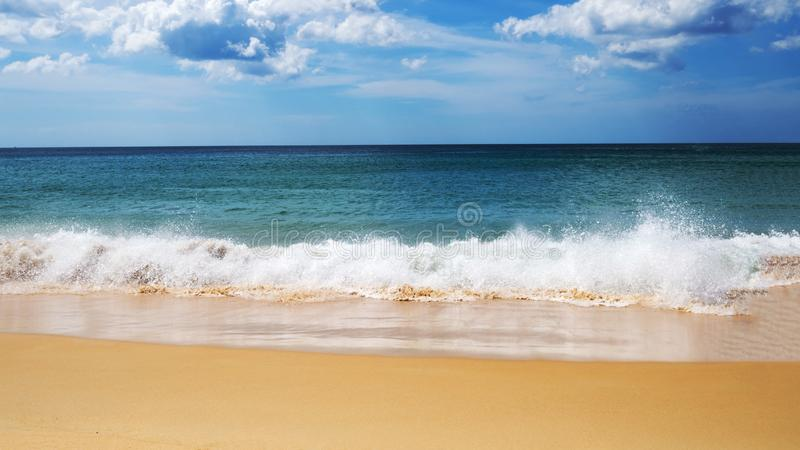 Turkusowa morze fala piana na piasek plaży, błękitnym morzu, niebie i ładnej chmurze w lato czasie, fotografia stock