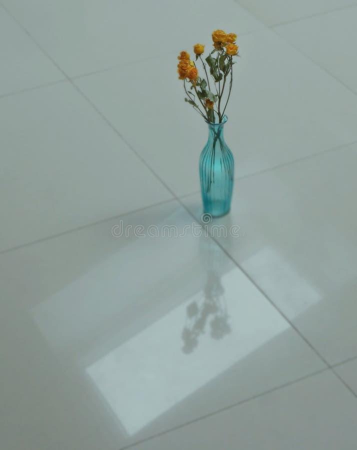 Turkusowa waza na białej podłoga fotografia stock