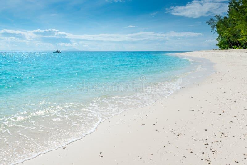 turkusowa woda morska i śnieżnobiały piasek na plaży, pięknej zdjęcie stock