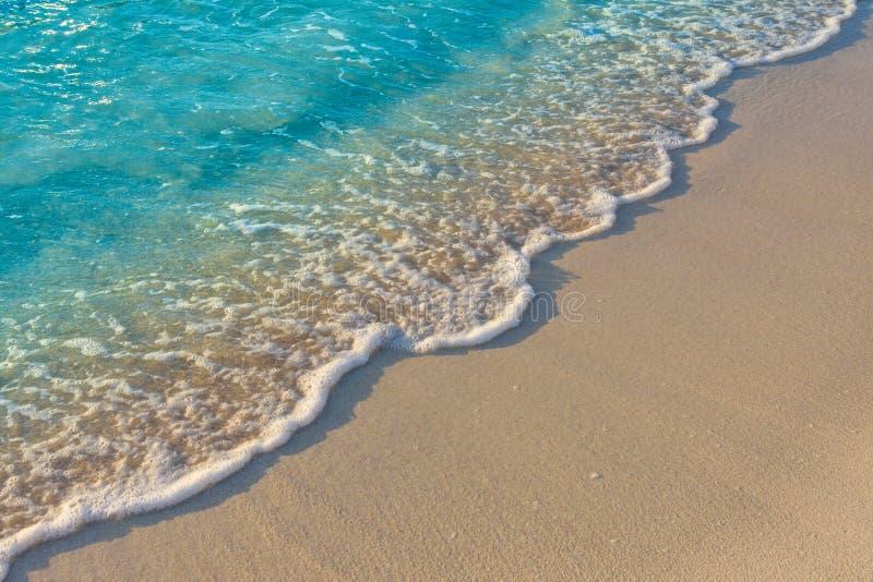Turkusowego błękita oceanu fala na piaskowatej plaży Tło, tekstura fotografia royalty free