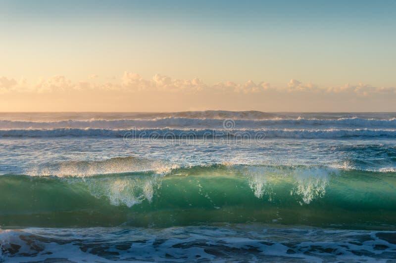Turkusowego błękita oceanu przejrzysta fala przy wschód słońca fotografia royalty free