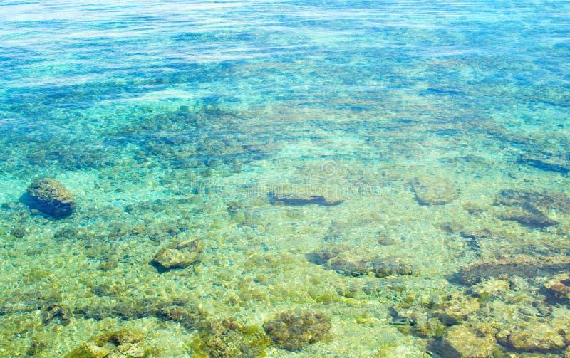 Turkusowego błękita woda morska na białym koralowym seashore Biel plaża tropikalna wyspa fotografia stock