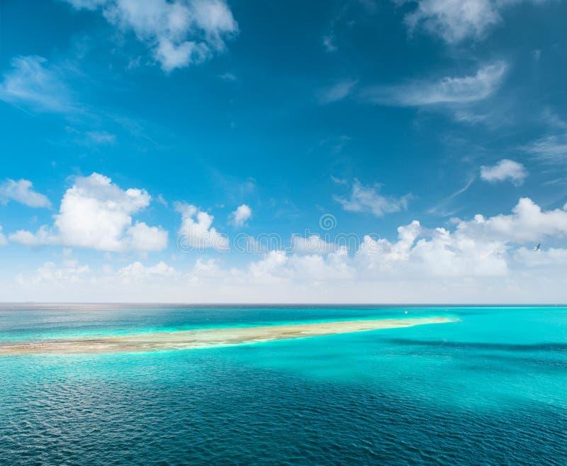 Turkusowej wody morskiej niebieskiego nieba bielu perfect chmury obrazy royalty free