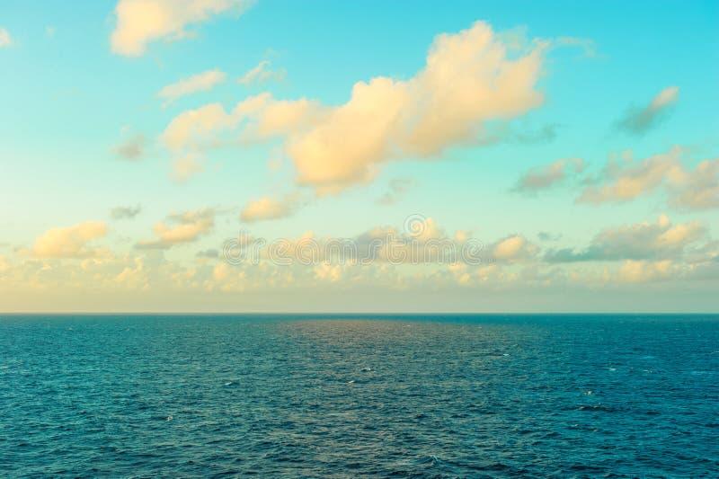 Turkusowej wody morskiej niebieskiego nieba zmierzchu perfect seacape obrazy stock