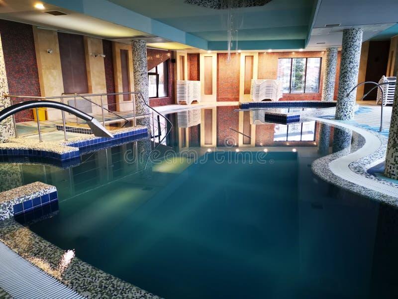 Turkusowy basen z termiczną wodą zdjęcia stock