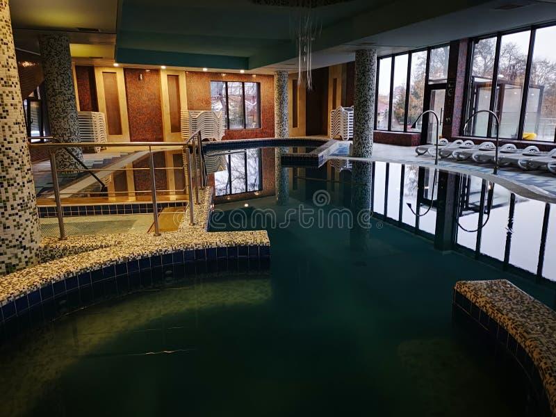 Turkusowy basen z termiczną wodą obrazy royalty free