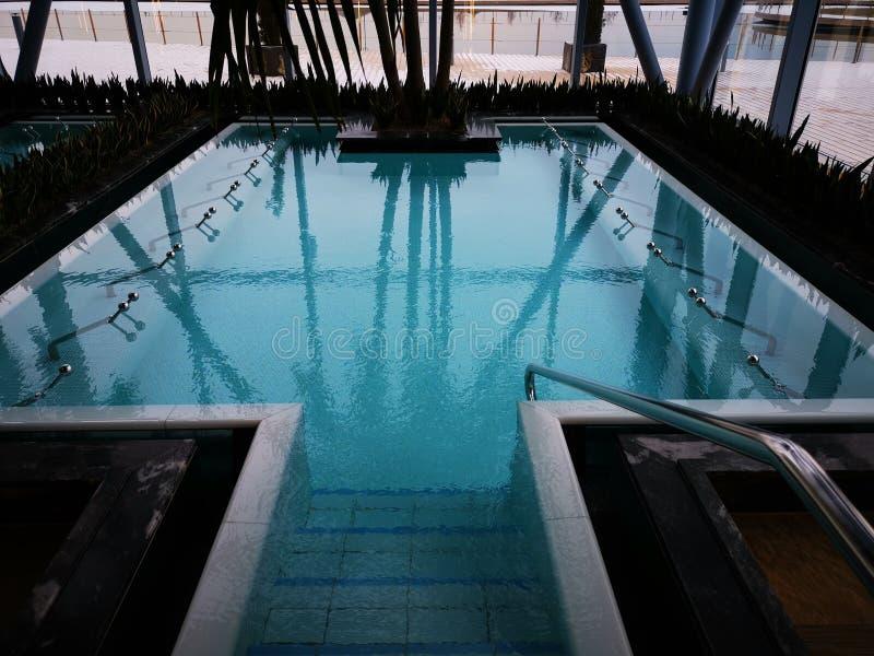 Turkusowy basen z termiczną wodą fotografia stock