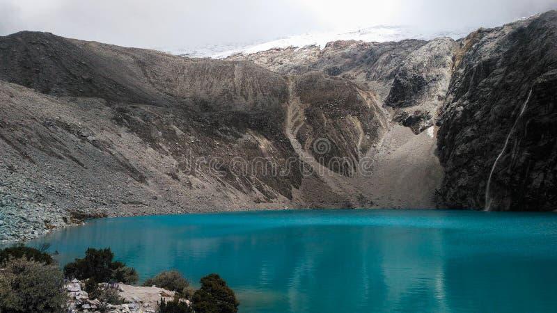 Turkusowy jeziorny Laguna 69 lokalizować w Białym Cordillera w Peru obraz royalty free