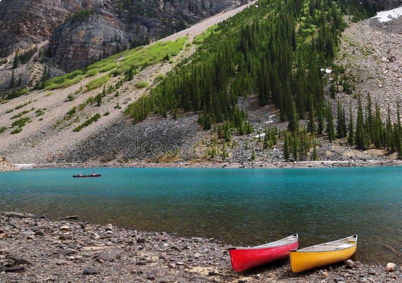 Turkusowy koloru Morena jezioro z czerwienią i kolor żółty kajakujemy w Banff parku narodowym, lokalizować w Kanadyjskich Skalist obrazy royalty free