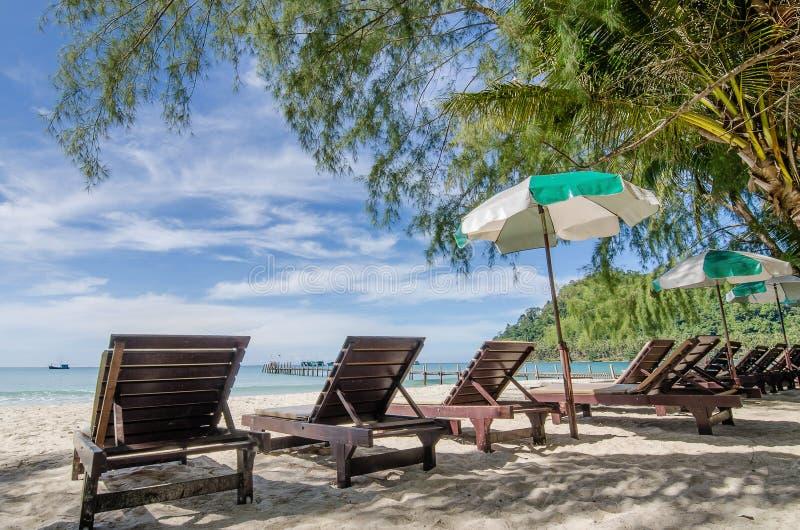 Turkusowy morze, deckchairs, biały piasek i palmy, słońce, lato fotografia royalty free