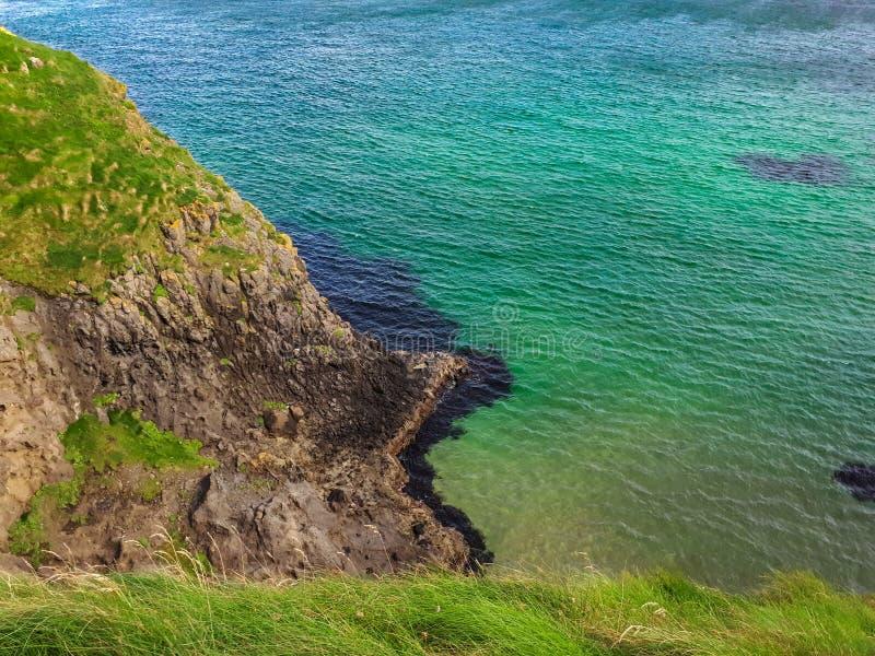 Turkusowy morze od trawy Clifftop, Północny - Ireland zdjęcie stock