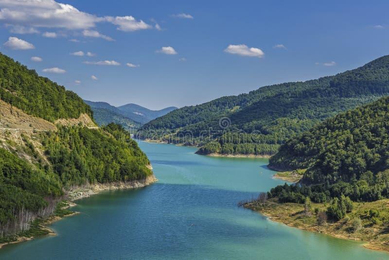 Download Turkusowy Sztuczny Grobelny Jezioro Obraz Stock - Obraz złożonej z ekologia, chmury: 57668181