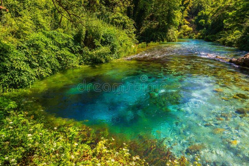 Turkusowy wiosny niebieskie oko - Syri ja Kalter, blisko miasteczka Muzine, Albania obraz royalty free
