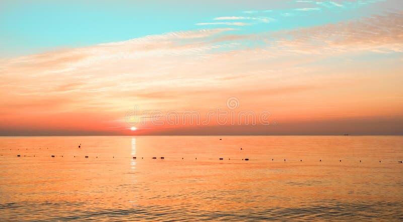Turkusu morza świt z pięknym chmurnym niebem zdjęcia stock