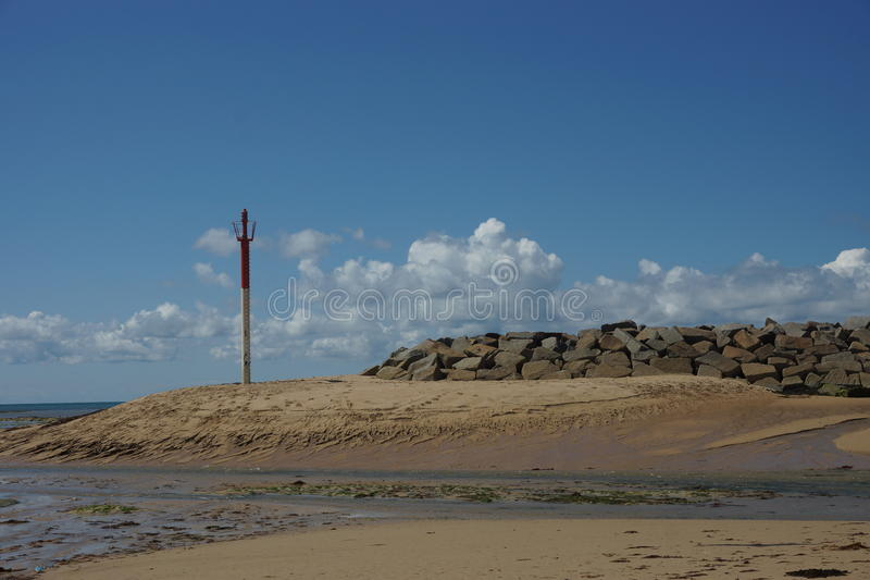 Turm auf dem Strand in Frankreich stockbild