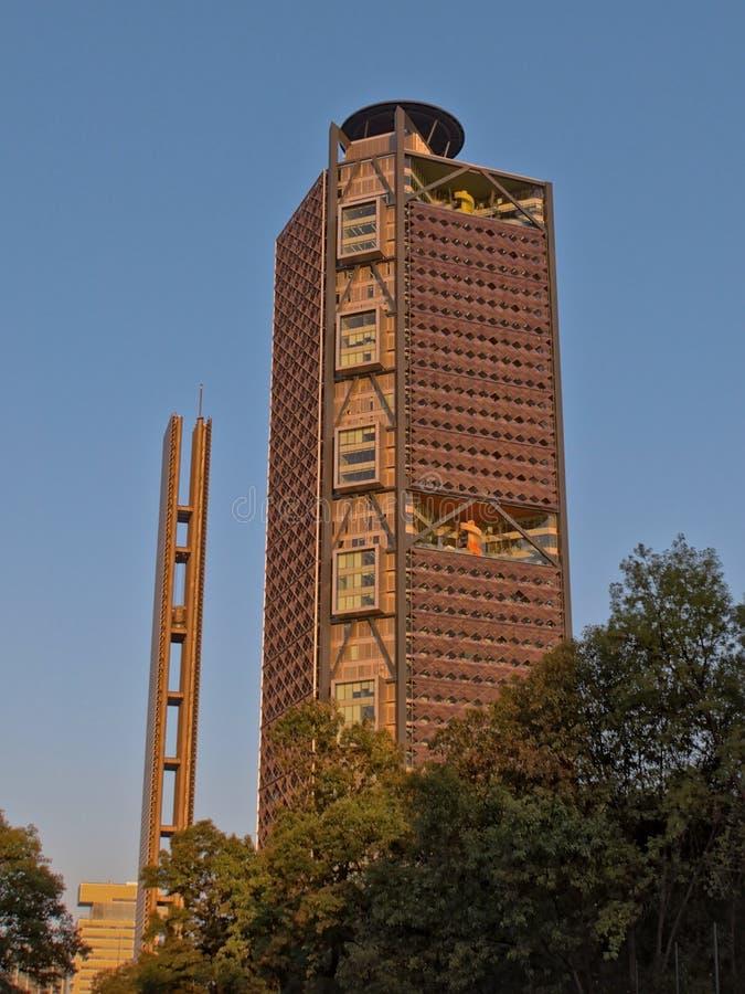 Turm BBVA Bancomer und ` Estela de Luz-` in Avenida Paseo de la Reforma von Chapultepec parken, Mexiko City, Mexiko lizenzfreie stockfotografie