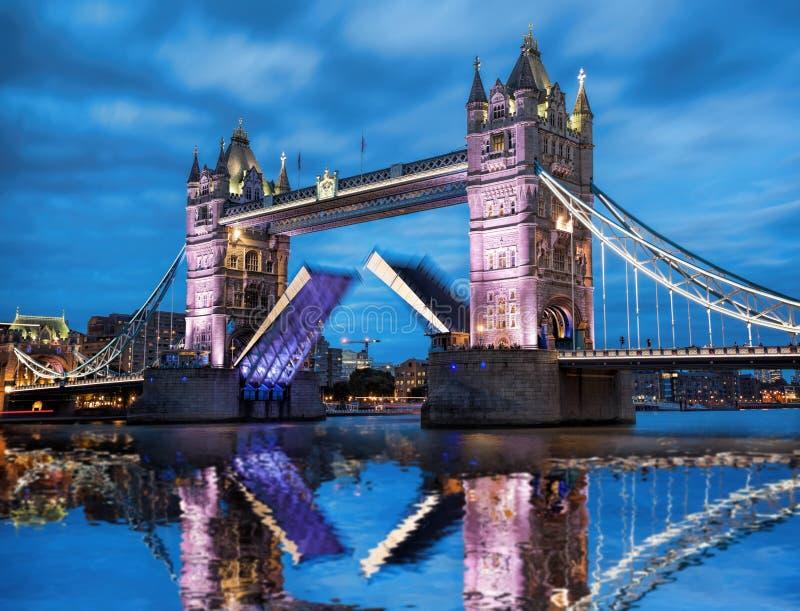 Turm-Brücke mit offenem Tor am Abend, London, England, Großbritannien lizenzfreies stockfoto